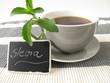 Schwarzer Kaffee mit Stevia und beschrifteter Tafel