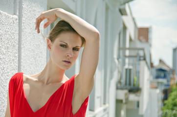 Schöne, elegante Frau auf dem Balkon eines Hotels