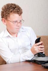 Подросток с джойстиком играет в игру