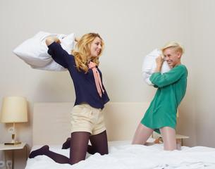 Zwei Freundinnen bei Kissenschlacht