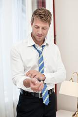 Geschäftsmann im Hotelzimmer