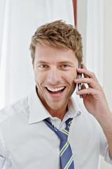 Mann telefoniert im Hotelzimmer