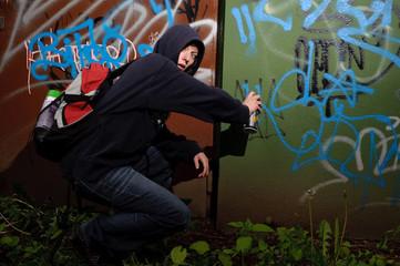 graffitisprüher in aktion wird ertappt