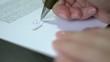 HD1080 Frau unterschreibt ein Dokument
