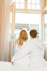 Paar blickt aus dem Fenster