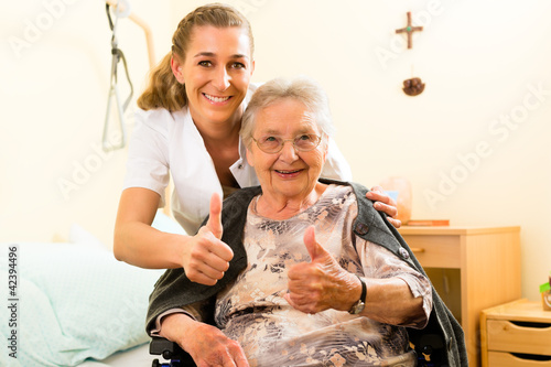Alter und Pflege - Pflegerin und eine Seniorin im Altenheim