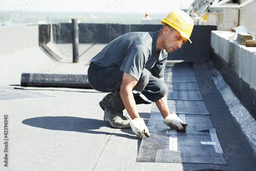 Flat roof covering works with roofing felt - 42396040