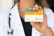 Ärztin präsentiert Organspendeausweis