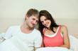 Verliebtes Paar liegt im Bett