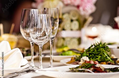 Puste szklanki w restauracji