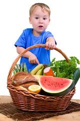 Kleiner Junge erstaunt gesunden  Lebensmitteln