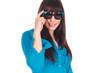 junge frau mit großer sonnenbrille