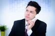 attraktiver junger geschäftsmann am telefon