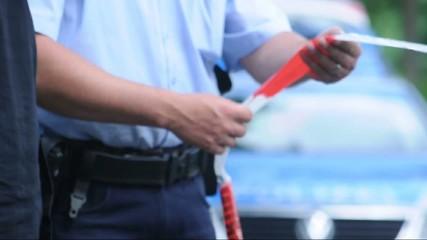 Flatterband und Polizist