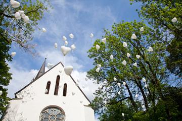 Kirche und Luftballons