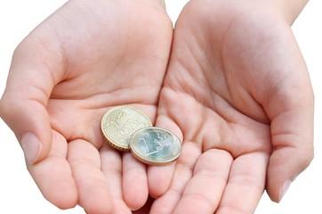 mani con monete da 1,50 euro su sfondo bianco