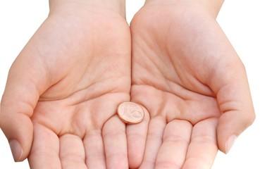 mani con moneta da 1 centesimo su sfondo bianco
