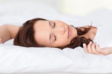 schöne frau schläft im bett
