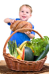 kleiner Junge mit Picknickkorb
