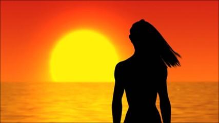 Frau vor untergehender Sonne