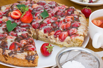 Strawberries cake with cream cheese