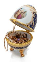 ювелирное яйцо с золотыми украшениями