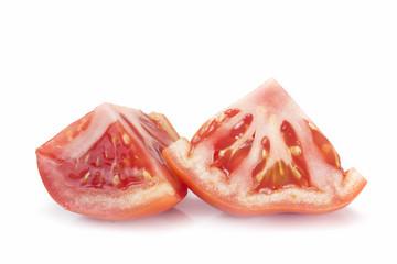 Trozos de tomate sobre fondo blanco.