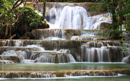 kaskada-wodna-w-lesie