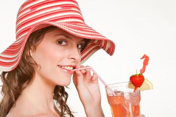 Junge Frau trinkt Erfrischungsgetränk