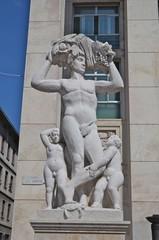 bergamo - statua in piazza libertà