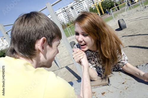 Мужчина и женщина в борьбе - кто в семье главный. Армреслинг