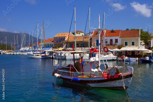 grèce; ioniennes, kefalonia : port de Fiskardo, voiliers et cha