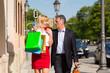 Älteres Paar bei Shopping Stadtbummel