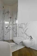 cabina doccia con porta di vetro in bagno moderno