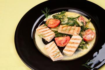 Tofu al curry con espinaca y tomates