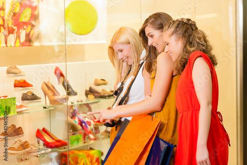 Freundinnen beim Schuhe kaufen und shoppen