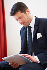 Manager arbeitet am Tablet PC mit Touchscreen