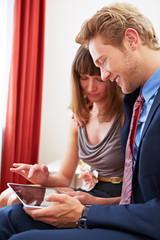 Business-Team arbeitet an Tablet Computer