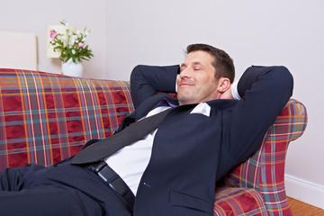 Geschäftsmann entspannt auf Sofa