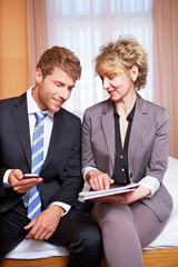 Geschäftsleute mit Zeitung und Smartphone