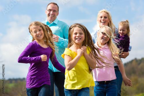 Familie - Mutter, Vater, Kinder - joggt im Freien