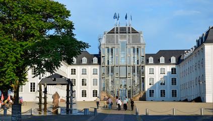 Saarbrücken Barock-Schloss im Sommer mit Besuchern
