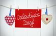2 Stoffherzen auf Leine mit Valentinstag vor Holzwand