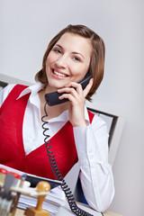 Freundliche Frau am Telefon