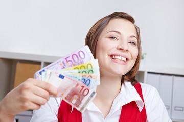 Lachende Frau mit Geldfächer