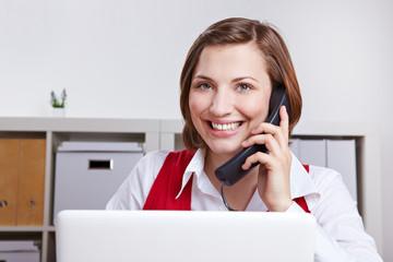 Frau ruft Kundenservice an