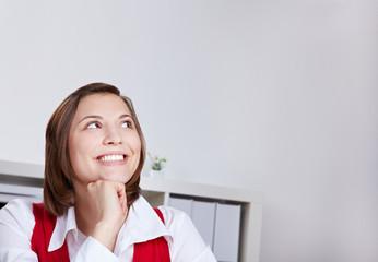 Lachende Frau denkt nach