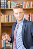 Mann trinkt Cognac