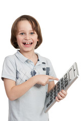 glückliches kind zeigt auf einen taschenrechner