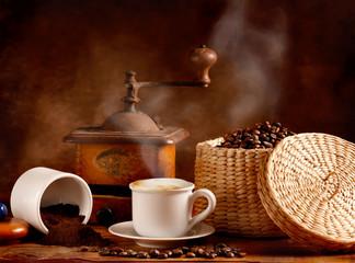 Caffè tostato e macinato con cappuccino caldo